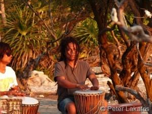 Ein Einheimischer spielt auf seiner Trommel