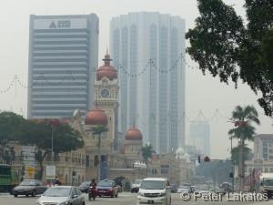 Hinter dem Sultan Abdul Samad Gebäude erkennt man den Kompleks Dayabumi
