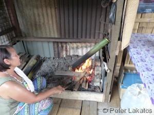 Hühnersuppe im Bambusrohr zubereitet