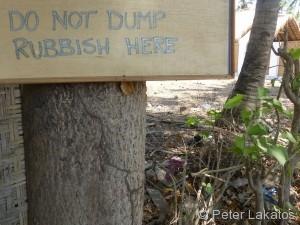 Statt dem Schild sollte dort ein Mülleimer sein