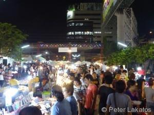Ein Nachtmarkt in Bangkok