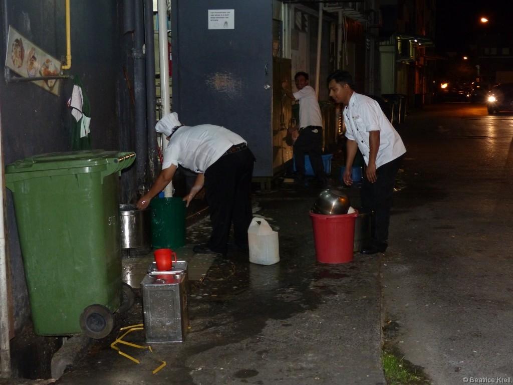 Angestellte eines Restaurants beim Geschirrabwasch in Kuching in Malaysia