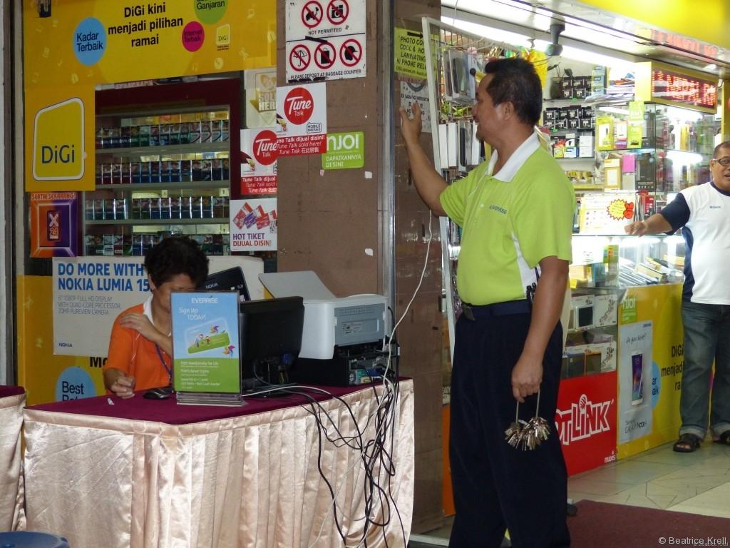 Angestellte eines Supermarkts in Kuching in Malaysia