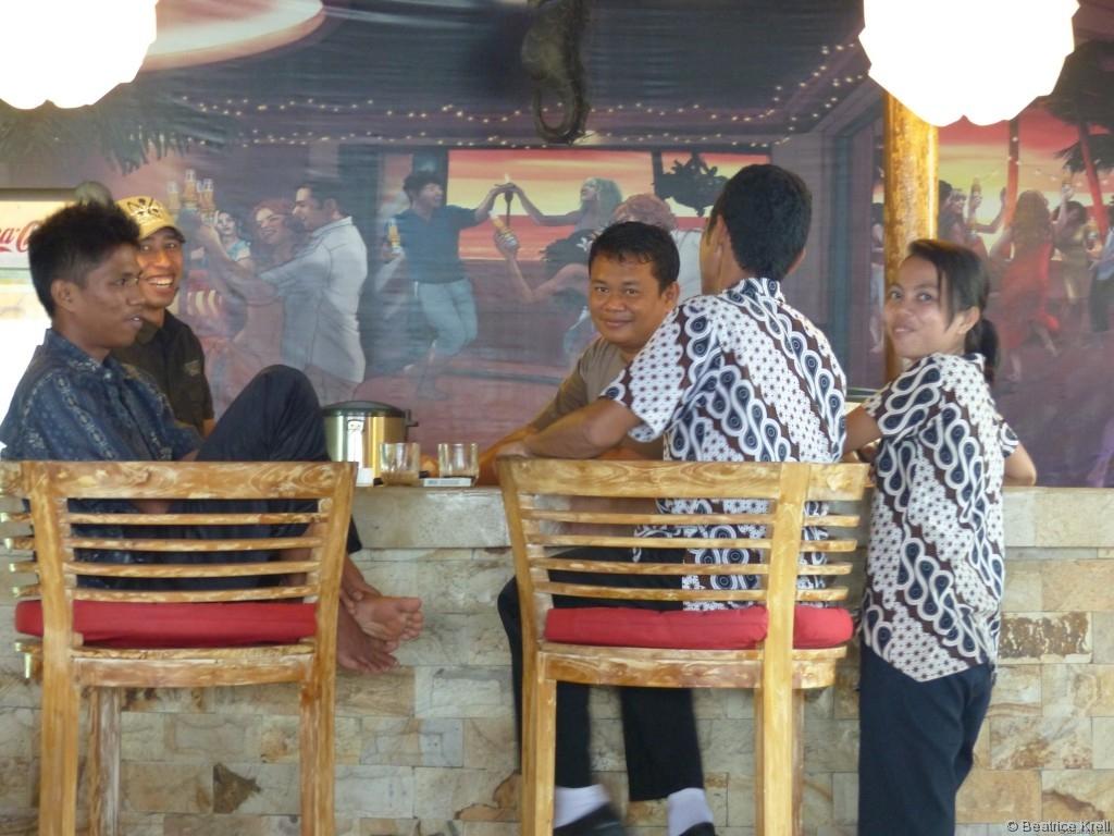 Ein kleiner Teil der Angestellten eines Hotels auf Bintan in Indonesien