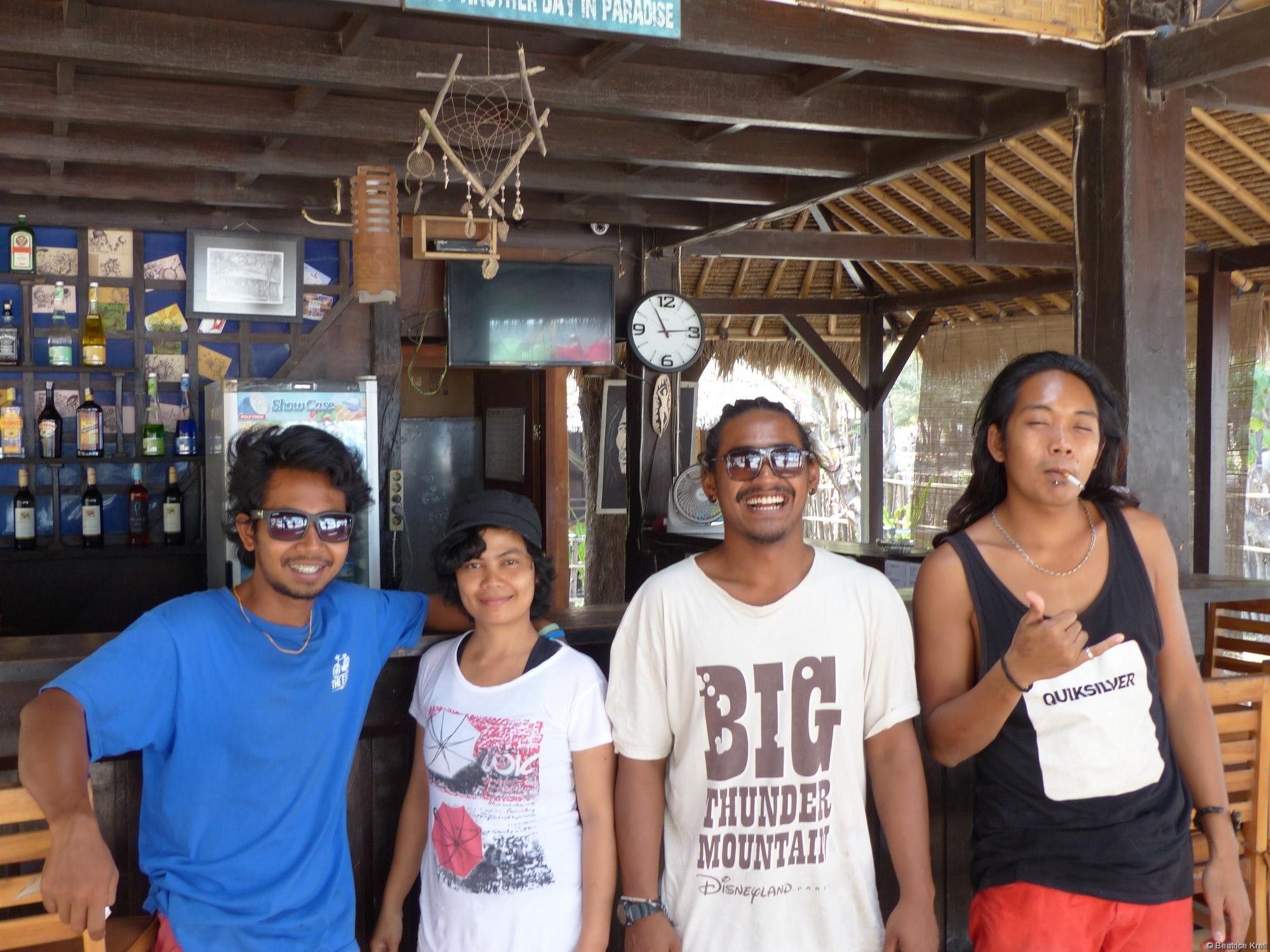Ein kleiner Teil der Angestellten eines Hotels auf Gili T. in Indonesien