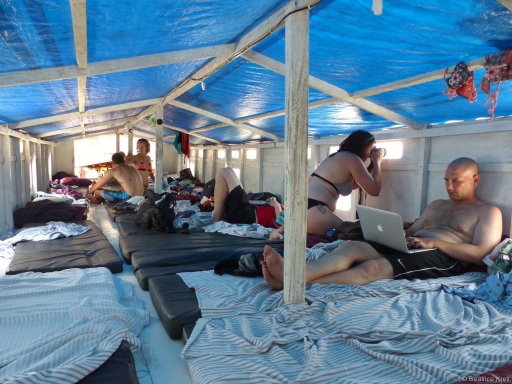 Schlafgelegenheiten an Deck einer der Boote