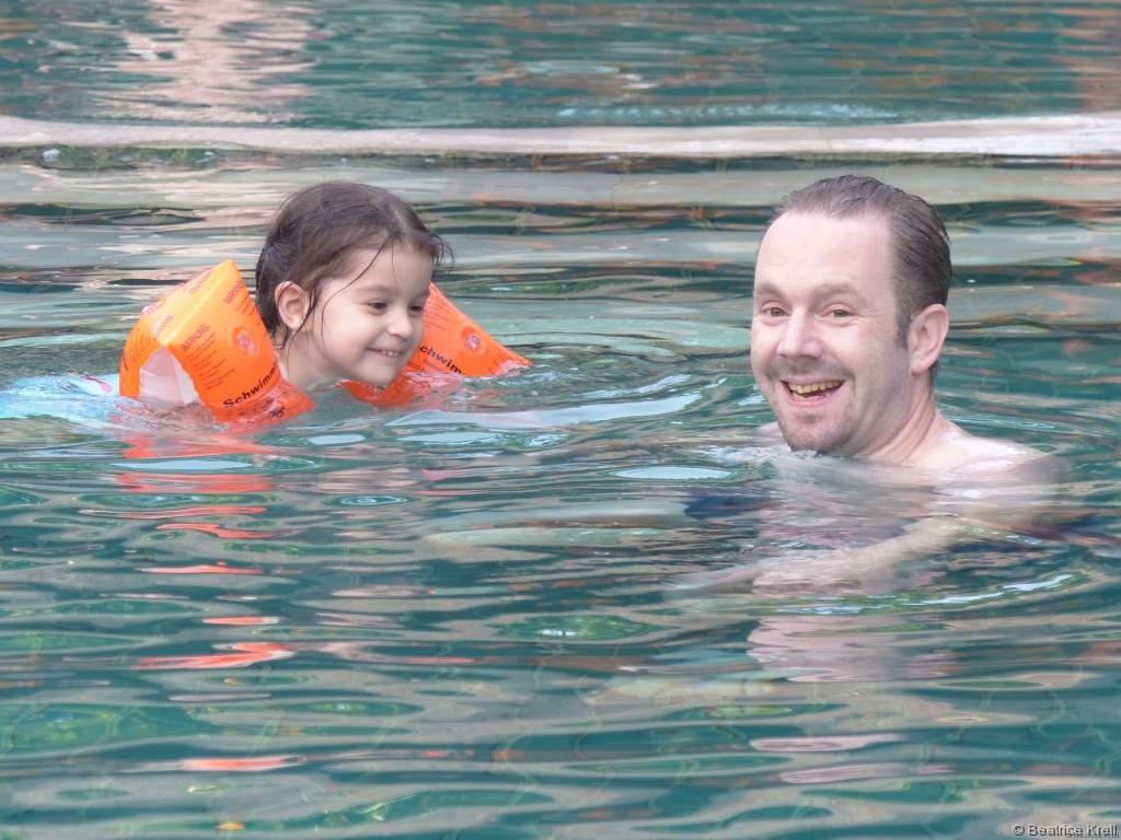 Relaxen mit Freunden im Pool - Ebenfalls unbezahlbar