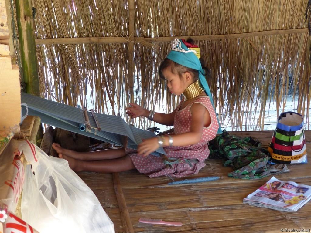 Ein kleines Mädchen beim Weben der Tücher