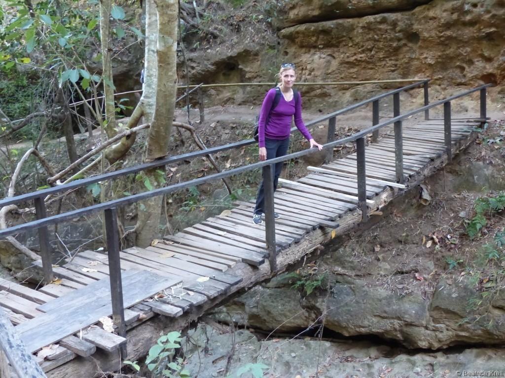 Brücke zu den Pam Bok Wasserfällen