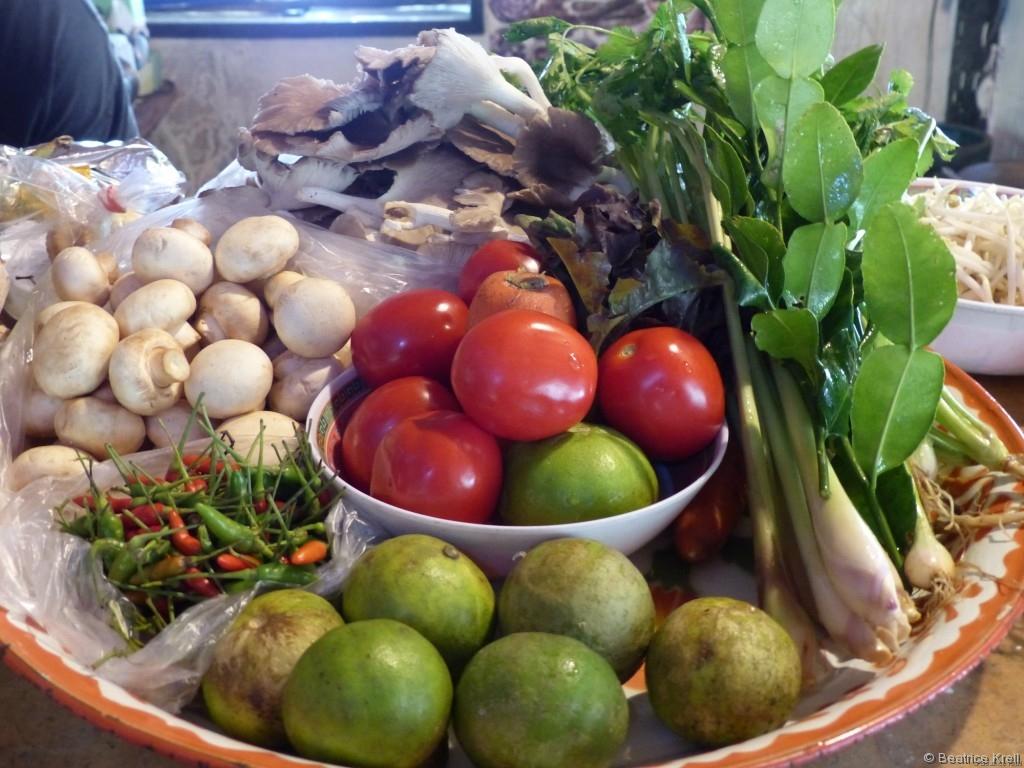 Die meisten der Zutaten für eine Kokosnusssuppe oder eine Tom-Yam-Suppe sind auf diesem Bild zu finden.