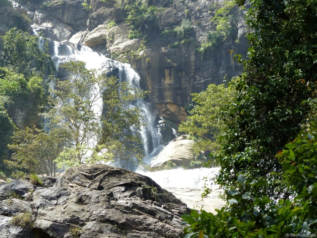Es gibt zahllose schöne Wasserfälle in Sri Lanka.
