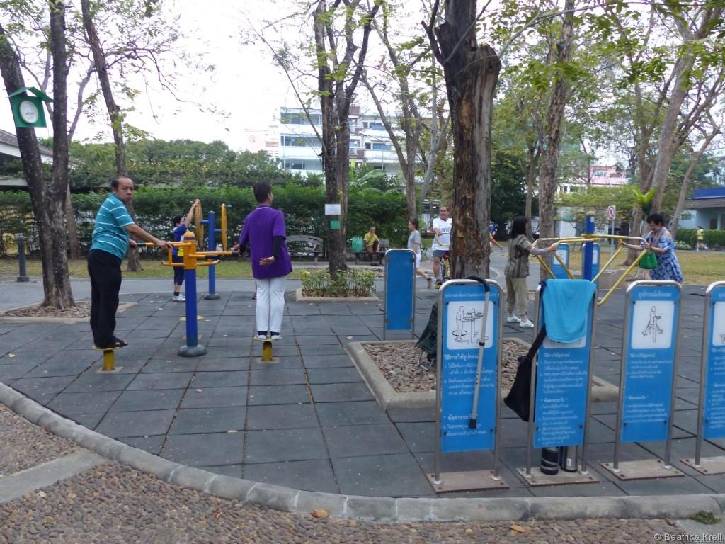 Frühmorgens in Bangkok wird der Stock ans Schild gehängt und Sport getrieben.