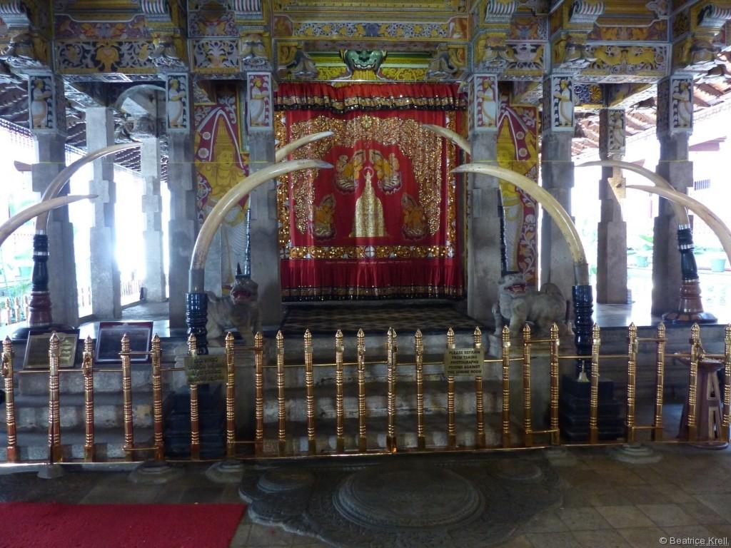 Schrein im Tempel mit den Originalzähnen Buddhas
