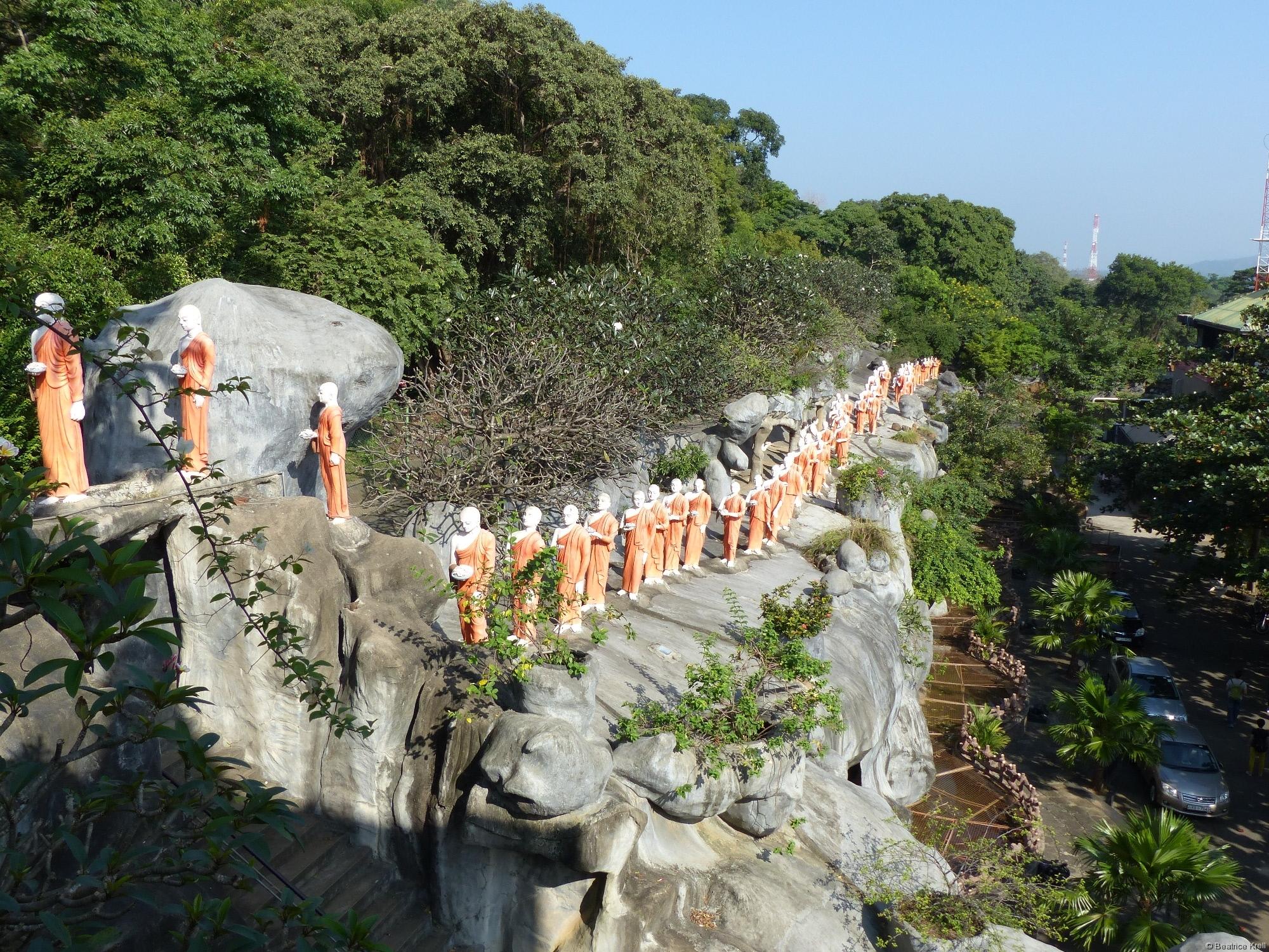 Statuen von opfernden Mönchen am Golden Temple