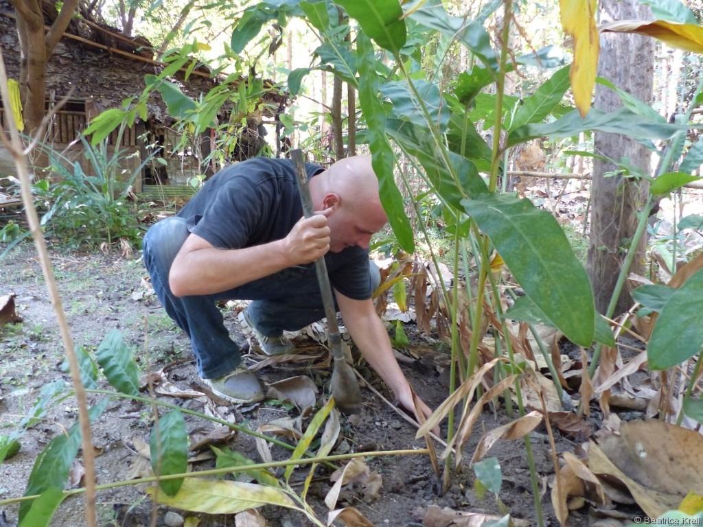 Zu Beginn des Kochkurses musste der Garten umgegraben werden, ...