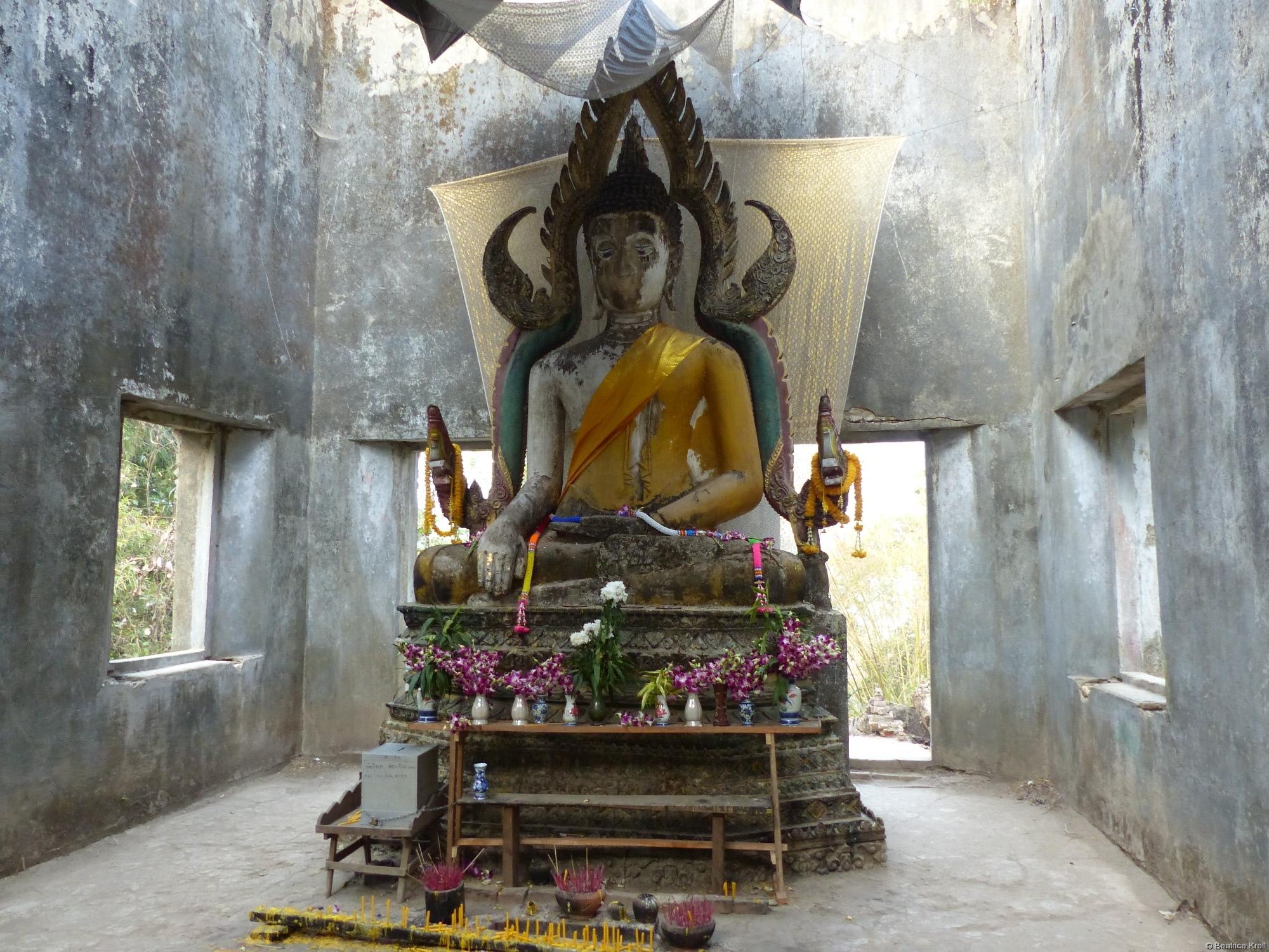 Buddhastatue mit Opfergaben
