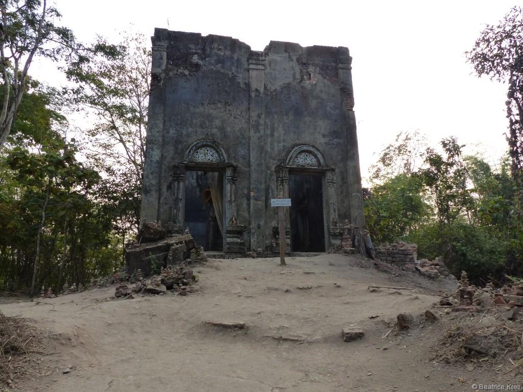 Buddhatempel auf kleiner Insel im Stausee