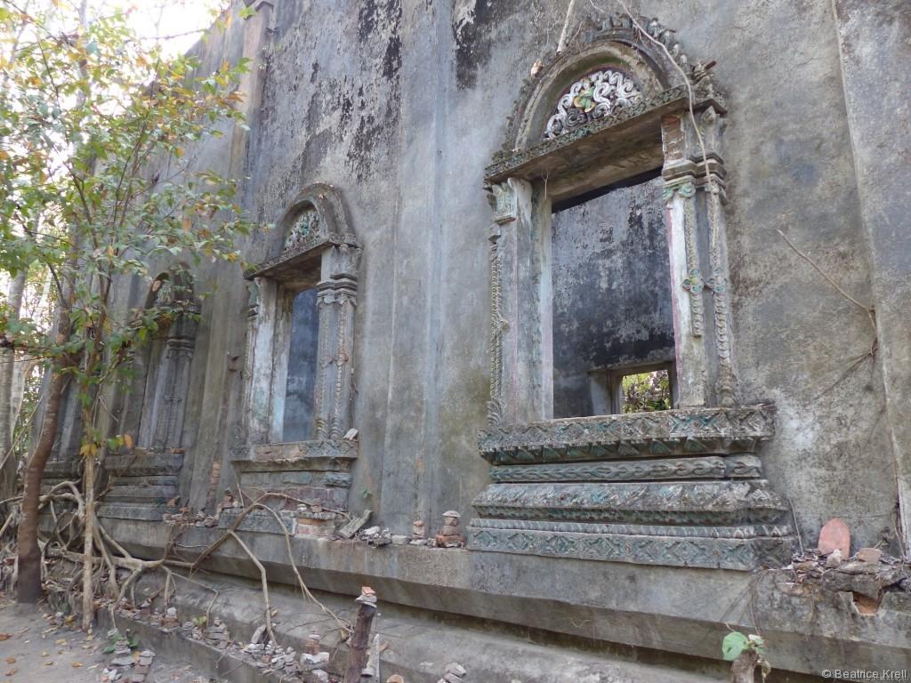 Die Natur ergreift bereits Besitz von dem Tempel.