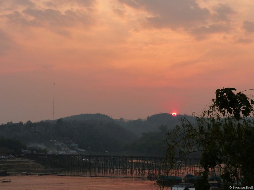 Holzbrücke von Sangkhlaburi bei Sonnenuntergang