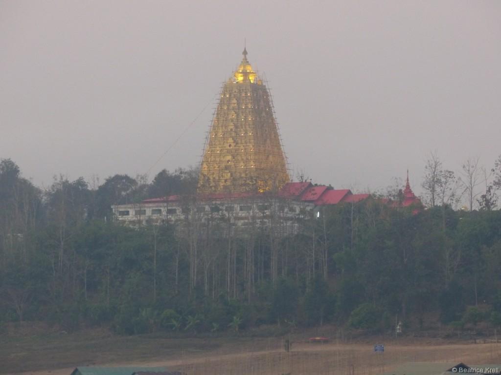 Mon-Tempel Wat Wang Wiwekaram im Morgennebel