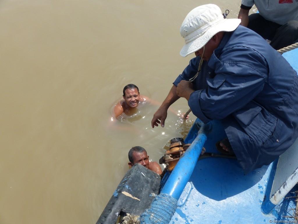 Die Schiffsschraube muss wieder in Gang gebracht werden. Das erfordert mehrere Tauchgänge im trüben Wasser.