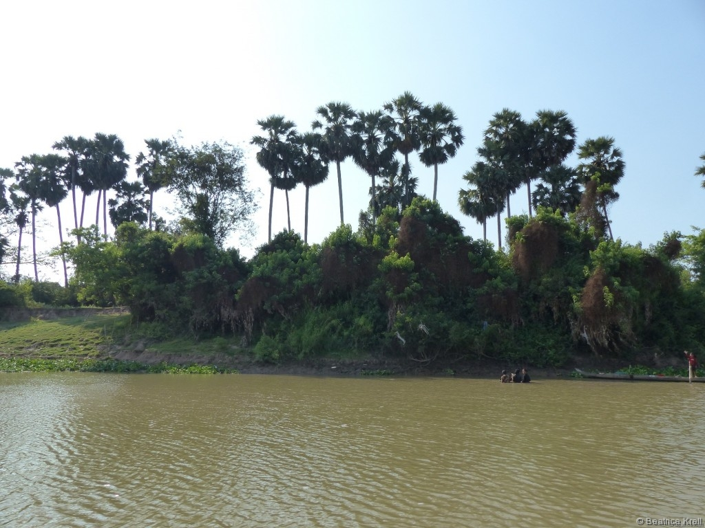 Fast überall entlang des Flusses waren Menschen beschäftigt. Was die wohl machen?