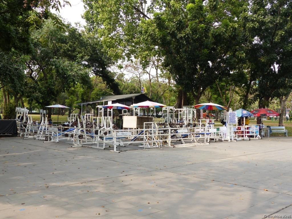 Fitnessgeräte stehen in Bangkok vielerorts kostenlos zur Verfügung.