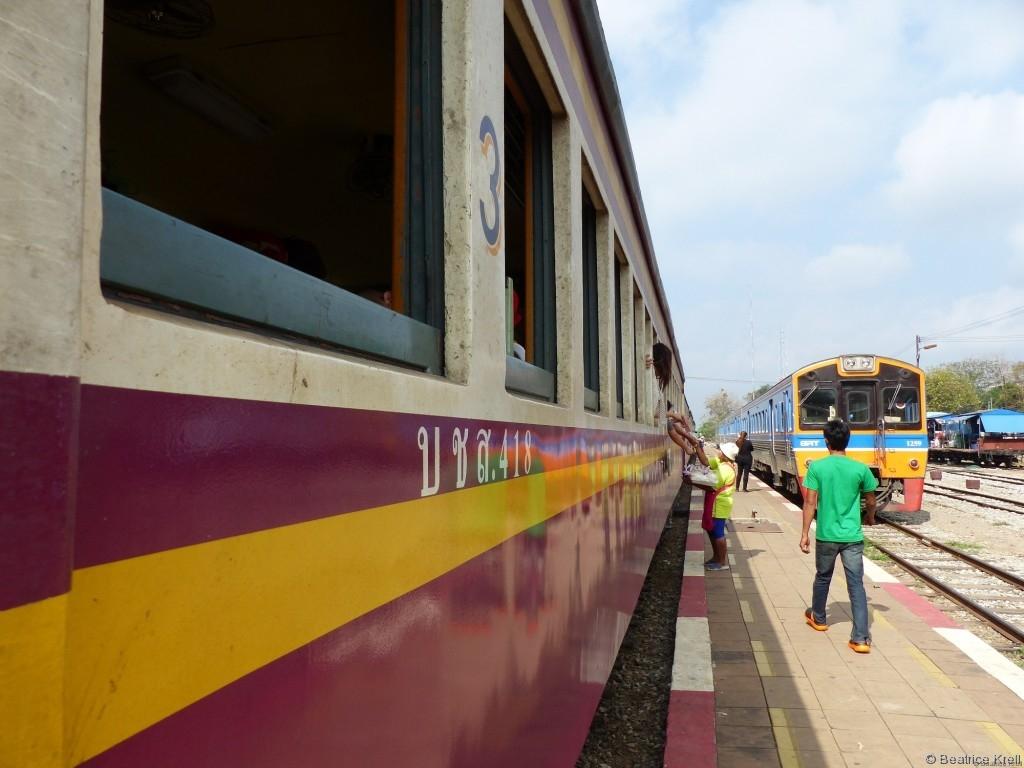 Im und am Zug wurde aus Eimern und Körben Essen verkauft.