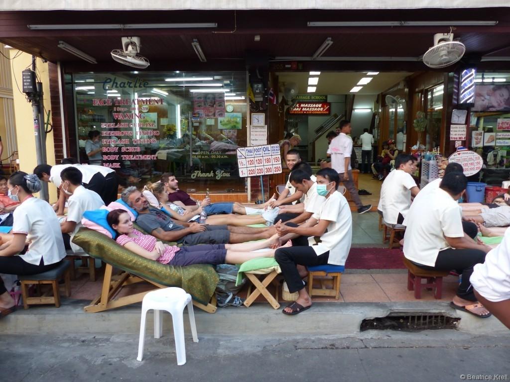 Man kann sich in Bangkok wirklich überall massieren lassen sogar auf der Khao-San-Road.