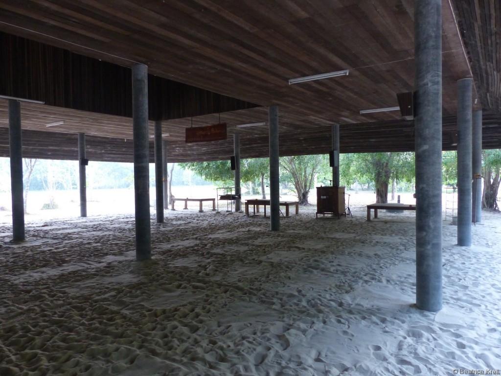 Meditationshalle (Man sieht noch die Abdrücke der Sitzkisten.)