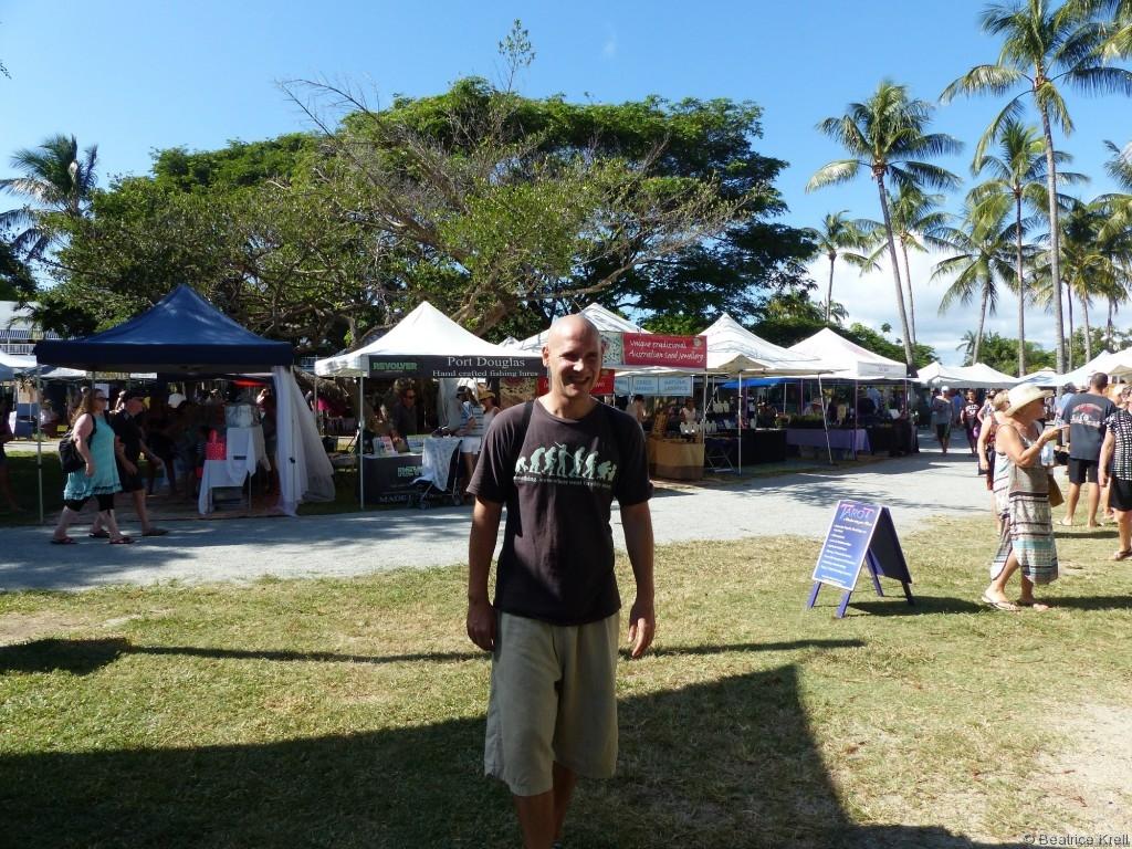 Der Markt in Port Douglas in Australien befindet sich auf einem schönen weitläufigen Fußgängerplatz.