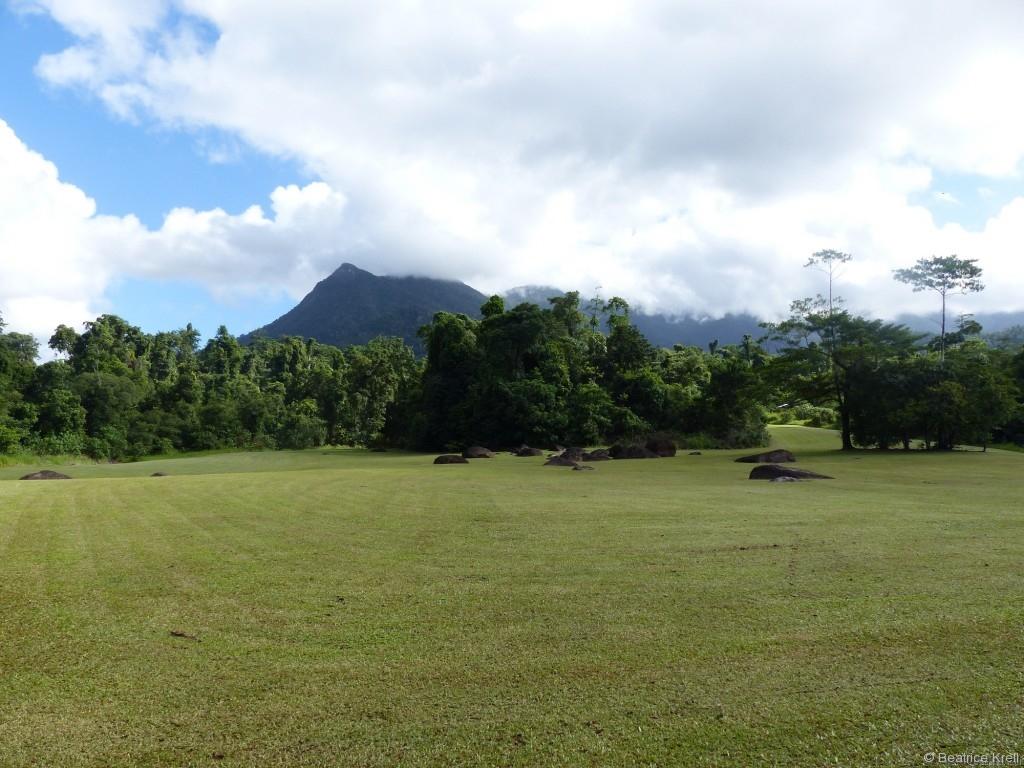 Der angrenzende Campingplatz sieht aus wie aus einem Science-Fiction-Film mit den merkwürdigen Steinformationen auf akurat gemähter Wiese.
