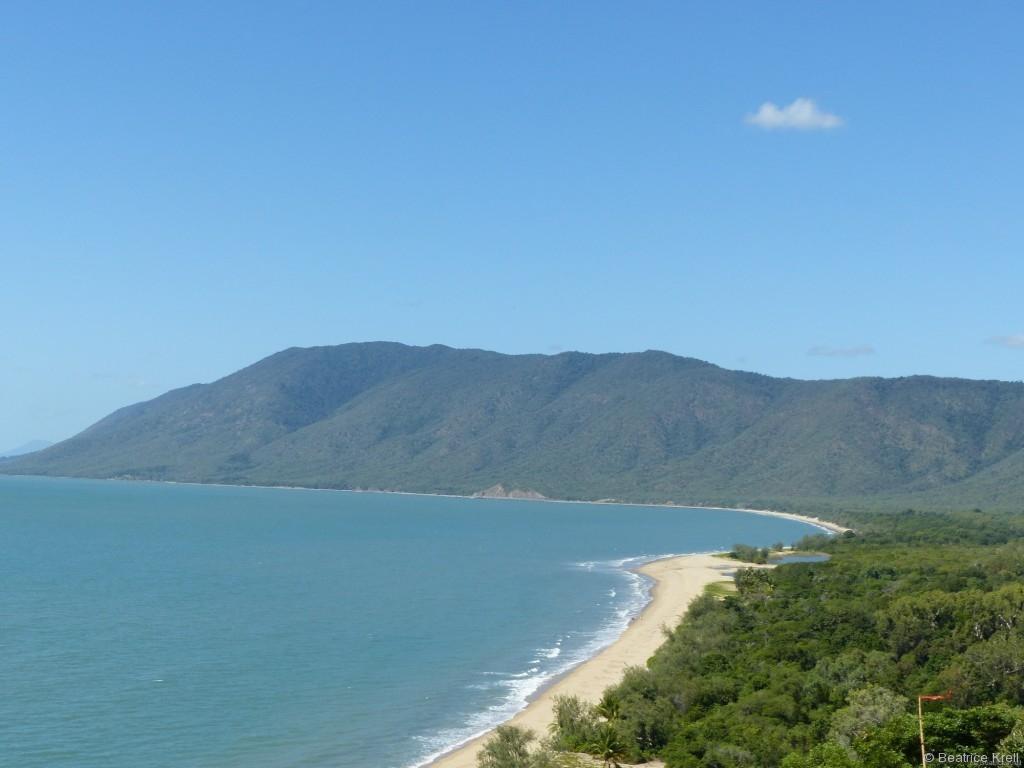Die Strasse von Cairns nach Port Douglas führt direkt an der kurvenreichen Küste entlang.