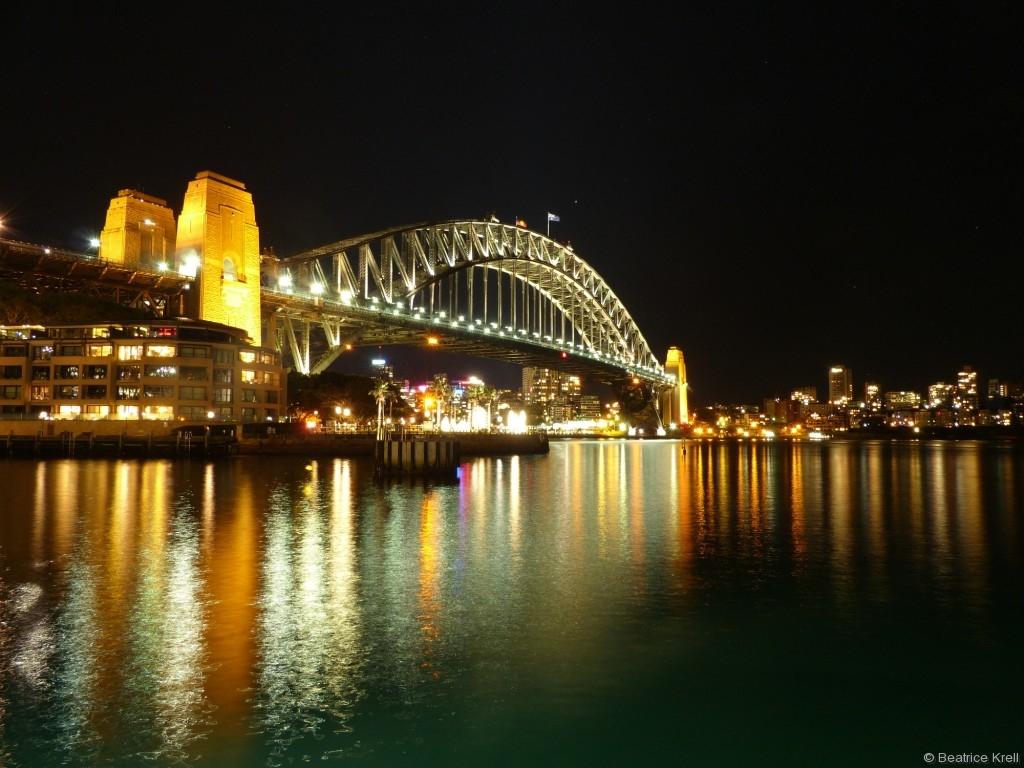 ... wie die Hafenbrücke wunderschön beleuchtet.
